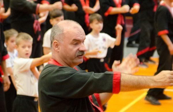Wing Tsun Kung Fu bemutató fekete piros fehér formaruhában