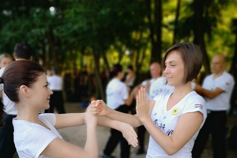 Wing tsun kung fu nyári táborban fehér pólós lányok kungfuznak