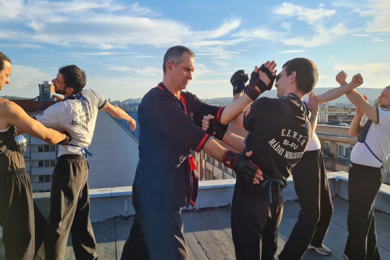 Újbudai Wing Tsun Kung Fu Klub edzése egy Budapesti toronyház tetején ütések tenyeresek